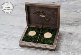 Pudełko na obrączki - brązowe z imionami i mchem (koronkowa wstążka)