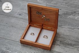 Pudełko na obrączki - mahoniowe z napisami (białe wypełnienie)